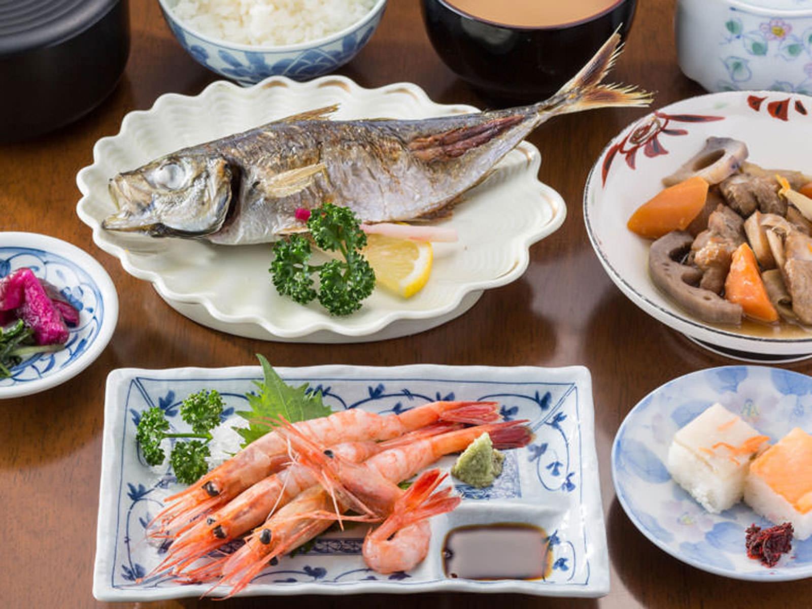 甘エビの刺身、ます寿司・ぶり寿司、アジの塩焼き、筑前煮、ご飯、汁物、漬物