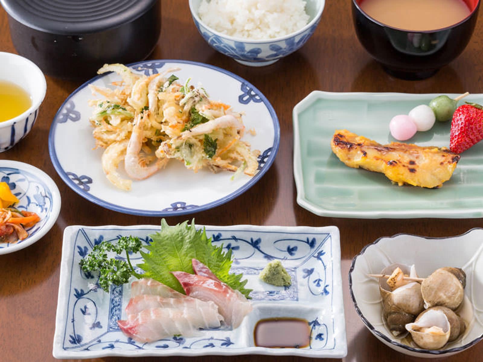 白えびのかき揚、黒鯛の刺身、ばい貝の煮付け、赤魚の西京焼、ご飯、汁物、漬物